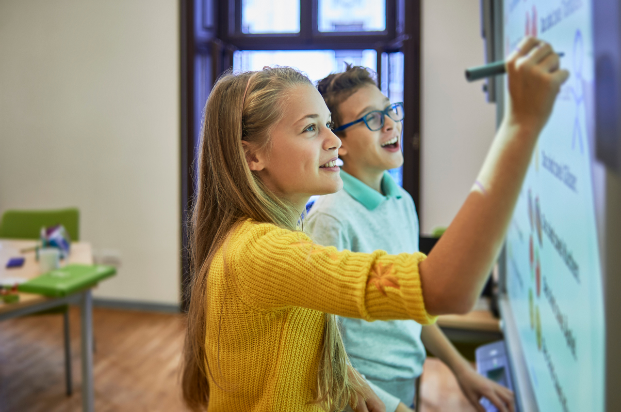 4 tips for hybrid teaching - digital whiteboard